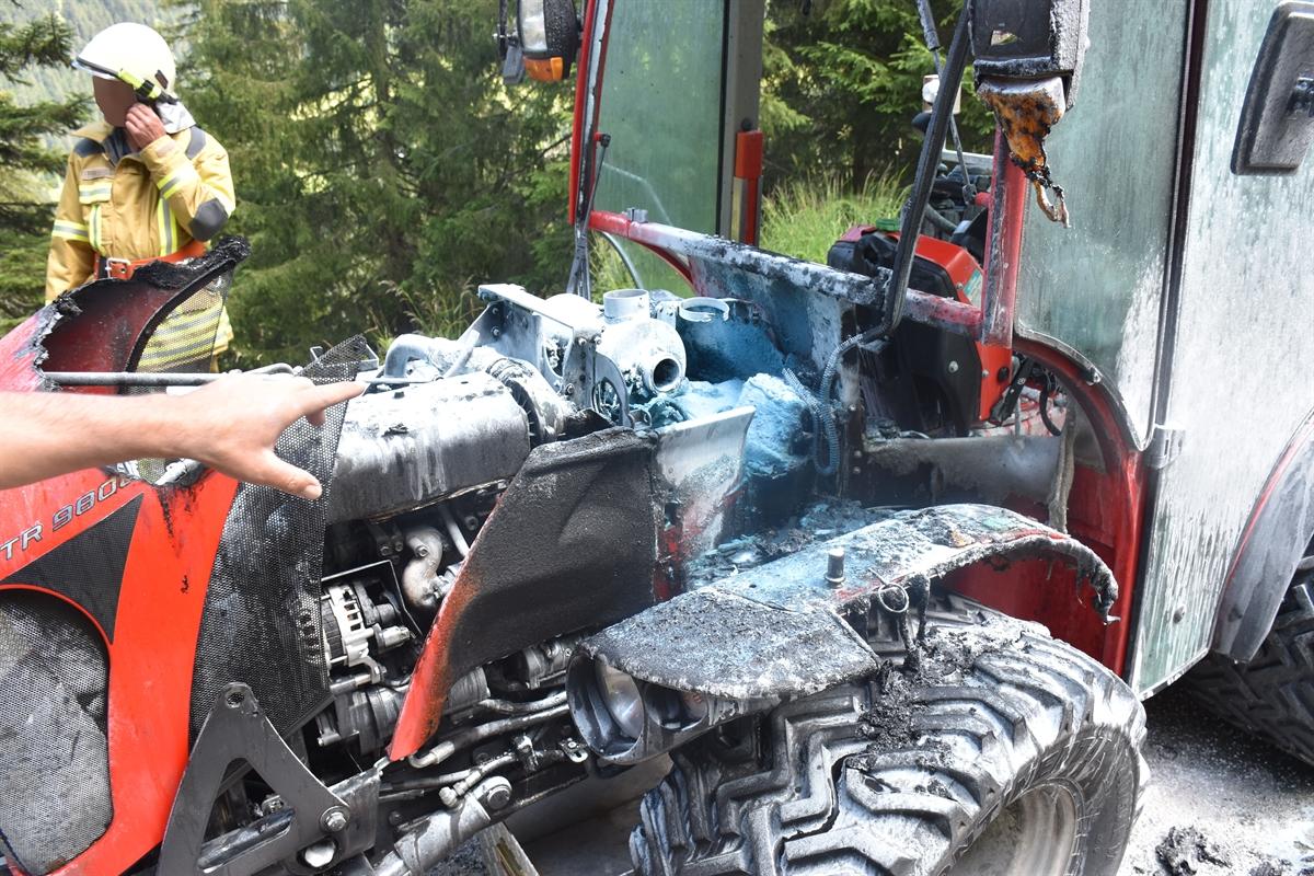 Camuns/Lumnezia: Landwirtschaftlicher Traktor in Brand