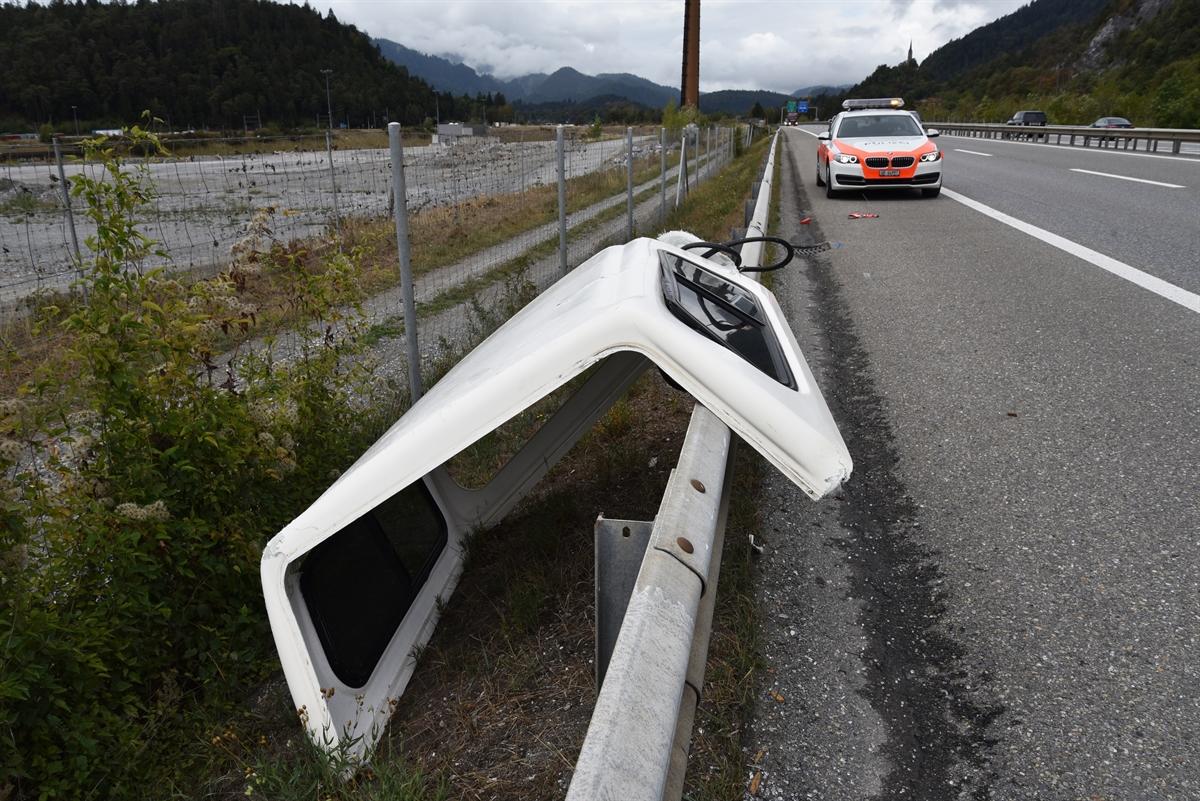 Domat/Ems: Pick Up verliert Hardtop und beschädigt Auto - Zeugenaufruf