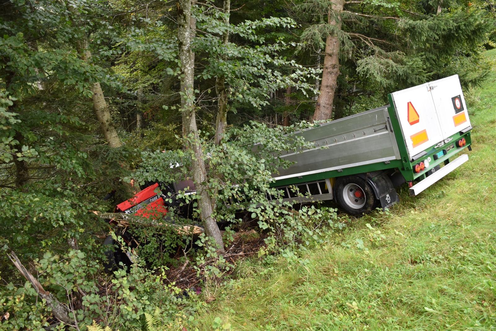 Valzeina Traktor Mit Anhanger Rollt Abhang Hinunter