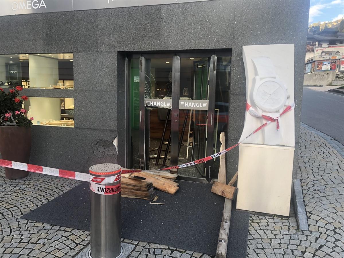 Aufgebrochene Eingangstür der Bijouterie. Sie ist mit Absperrband abgegrenzt.